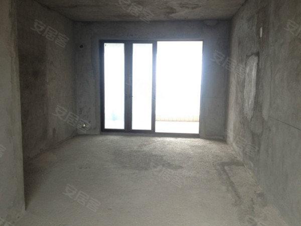 前后无遮挡,是豪进山湖珺璟zui棒的。格局合理无浪费面积,公摊小,此房的位置是招财之位啊。而且有房本可以随时过户,看房方便。 非常有档次的一个小区出了个非常有档次的户、房源简介; 户型结构;朝向:南北通透5室 。地铁就在楼下 产权情况;产权清晰,有房本随时过户。 二、适合您购买此房的优势; 1、地段优势,区域配套成熟,医疗配套、学校、商场购物、银行等等配套成熟 2、高档物业统一管理。 3、小区安静舒适,环境优雅。 满盈地产;铸就金色品牌,新的起航,心的服务,圆您安家置业大事,你我共成长