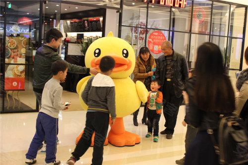 瑞安携B.duck让爱流动     小黄鸭暖意笼罩成都